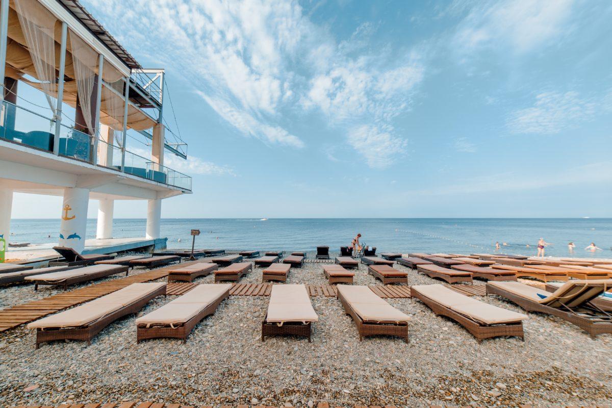 Пляж у отеля Прометей Клуб Лазаревское